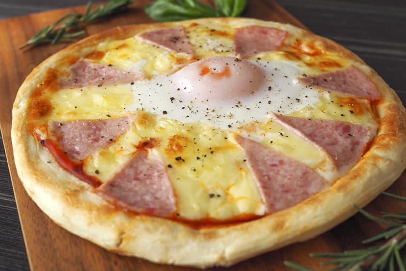 ボイルドサラミのビスマルクピザ